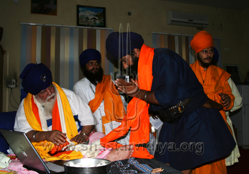 Gurdev Nidar Singh Nihang receiving a Siropa (robe of honour) from the late great Buddha Dal chief, Akali Nihang Baba Santa Singh, Talwandi Sabo, Punjab