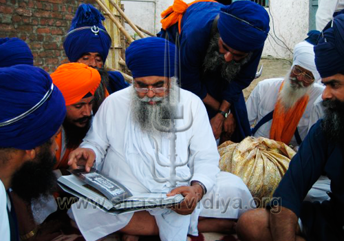 Gurdev Nidar Singh Nihang discussing his book with Giani Partap Singh, head priest of Hazur Sahib, Nanded, Maharashtra