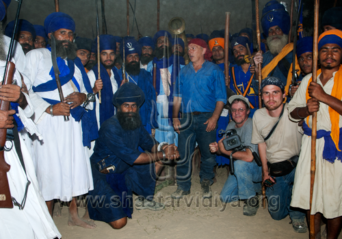 Gurdev Nidar Singh Nihang alongside Mike Loades and the Nihangs of the Bidhi Chandia Dal during the filming of the Discovery Channel documentary on the Chakar (quoit), Sursingh, Punjab