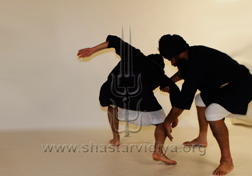 Nidar Singh Nihang executing a technique in the Hanuman Yudhan combat style