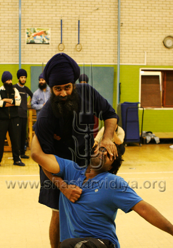 Nidar Singh Nihang demonstrating a Sava Rakhsha technique, London