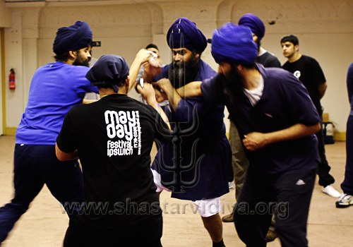 Nidar Singh Nihang demonstrating Bagh Yudhan against multiple assailants, Birmingham