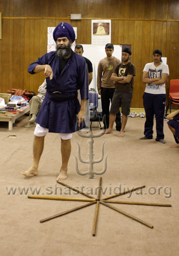 Nidar Singh Nihang demonstrating principles of Pentra (footwork), Birmingham